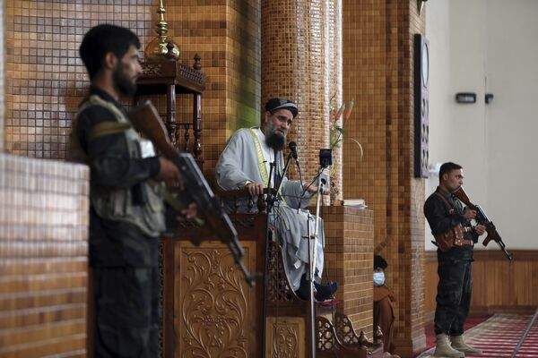 Un clérigo musulmán está rodeado de guardias armados en una mezquita de Kabul, Afganistán. - Sputnik Mundo