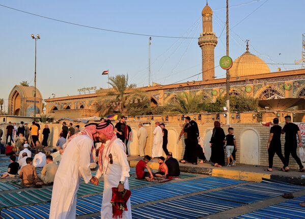 Por la mañana, los fieles se ponen ropa limpia y, si es posible, nueva, y perfumados con incienso, se dirigen a la mezquita para realizar el salat —la oración— festivo.En la foto: Celebración del Eid al Adha en Bagdad, Irak. - Sputnik Mundo