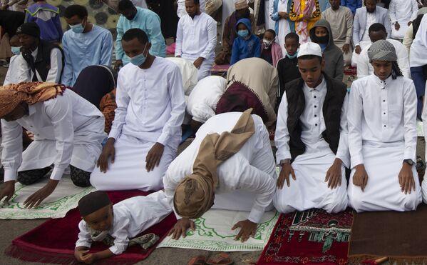 Beber alcohol y realizar otras acciones condenadas por la Sharía en este día es una blasfemia.En la foto: Adoradores en una oración en Nairobi, Kenia. - Sputnik Mundo