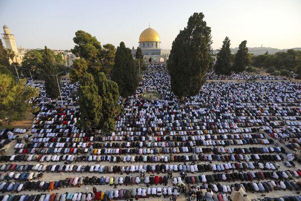 La Fiesta del Sacrificio es la culminación del hajj —la peregrinación— a La Meca y Medina en Arabia Saudí. Los peregrinos ascienden al monte Arafat la víspera y, el día del sacrificio, realizan un tawaf —una circunvalación de siete veces alrededor de la Kaaba— y una lapidación simbólica de Shaitán.En la foto: Fieles en la Cúpula de la Roca, cerca de la mezquita de Al Aqsa, en el Monte del Templo de Jerusalén. - Sputnik Mundo
