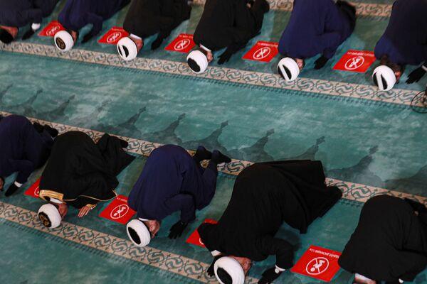 Según la tradición, durante su único hajj, el profeta Mahoma realizó la lapidación inmediatamente después de la oración del mediodía. Por ello, muchos peregrinos intentan realizar el ritual inmediatamente después de la oración del mediodía, lo que provoca aplastamientos. En 2006, unos 346 peregrinos murieron aplastados, y en 2015 fallecieron más de 2.400 peregrinos. Los teólogos musulmanes modernos creen que el ritual de lapidación de Shaitán puede realizarse en cualquier momento entre el mediodía y la puesta de sol.En la foto: Fieles durante las oraciones festivas en la Mezquita Catedral de Moscú, Moscú, Rusia. - Sputnik Mundo