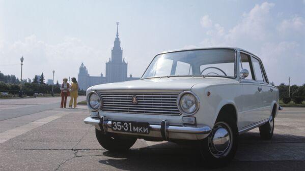 El automóvil VAZ-2101 (en la foto) se conocía en la URSS como kopeika (kópek) —el equivalente a un céntimo de rublo— y es hasta los días de hoy el modelo más popular en toda la historia de la planta. El sedán de tracción trasera basado en el Fiat 124 italiano salió de la línea de montaje por primera vez en abril de 1970. La versión soviética, sin embargo, sufrió más de 800 modificaciones antes de llegar al mercado. - Sputnik Mundo