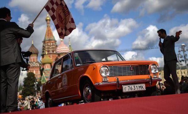 Oficialmente, el VAZ-2101 fue bautizado como Zhiguli para la venta en el mercado nacional. La versión de exportación del kópek se comercializó bajo el nombre de Lada 1200. El automóvil se fabricó por casi dos décadas, hasta 1988. Durante este tiempo, se ensamblaron casi 4,8 millones de unidades, incluidas las modificaciones 21011 con un motor más potente.En la foto: un automóvil VAZ-2101 en el rally anual de automóviles de la era soviética en Moscú. - Sputnik Mundo