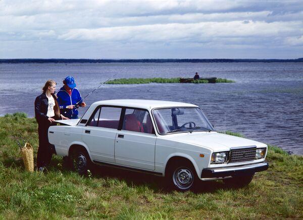 En 1982, la planta lanzó una versión de 'lujo' del cinco: el modelo VAZ-2107 (en la foto). En total, se ensamblaron más de tres millones de esos automóviles, teniendo en cuenta los vehículos que se fabricaron también en Egipto, hasta principios de 2014, y en Ucrania. - Sputnik Mundo
