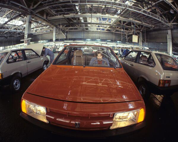 """El primer automóvil de tracción delantera de VAZ fue el ocho, oficialmente llamado VAZ-2108 (en la foto). Se creó en cooperación con Porsche. Debido a la forma inusual de la carrocería para esa época, el automóvil recibió el apodo de """"cincel"""". Durante el período de producción, de 1984 a 2004, se fabricaron casi 900.000 de esos automóviles. - Sputnik Mundo"""