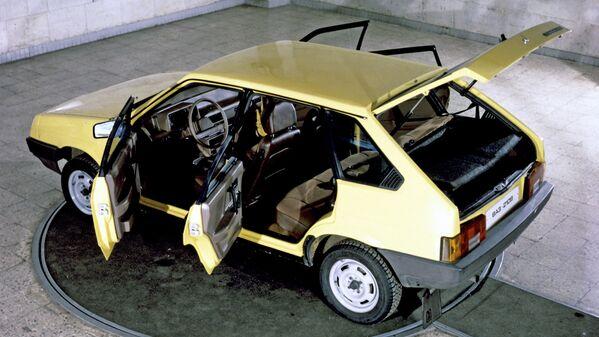 En 1987, surgió el VAZ-2109 de cinco puertas (en la foto), y en 1990, su versión sedán, el VAZ-21099. El nueve y sus modificaciones se han convertido en un auténtico símbolo de los 90 en las URSS. El automóvil fue particularmente popular entre los representantes de la comunidad criminal de la época. Hasta que su producción cesara en 2014, se ensamblaron casi cinco millones de autos de la primera y segunda generación. - Sputnik Mundo