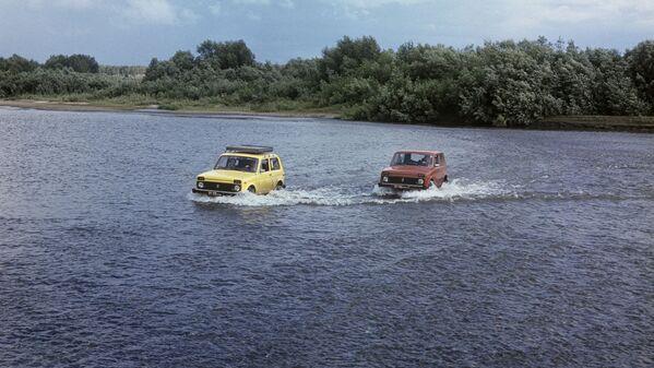 En Europa, el Niva es uno de los automóviles más asequibles del segmento de los SUV compactos. En 1995, se agregó a la línea una versión de cinco puertas del modelo, además del ya tradicional coche de tres puertas.En la foto: unos todoterrenos VAZ-2121 Niva se ponen a prueba en Siberia. - Sputnik Mundo