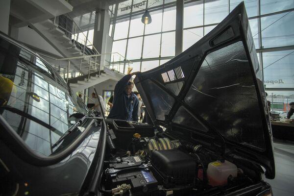 El Niva es el modelo de exportación de VAZ más exitoso en toda su historia.En la foto: la presentación del Lada 4x4 Anniversary, lanzada en honor al 40 aniversario del SUV Niva en el Salón del Automóvil de Moscú. - Sputnik Mundo