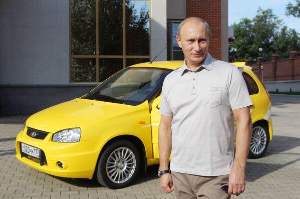 En 2004, el sedán pequeño LADA Kalina llegó a las carreteras rusas. En 2006, comenzó el montaje de su versión hatchback. En marzo de 2009, Kalina se convirtió en el tercer automóvil más vendido en Alemania entre las marcas extranjeras y, en 2011, en el automóvil más vendido en Rusia.En la foto: el entonces primer ministro Rusia, Vladímir Putin, durante un viaje por la recién inaugurada carretera Chita-Jabarovsk en un Lada Kalina con transmisión manual, el agosto de 2010. - Sputnik Mundo