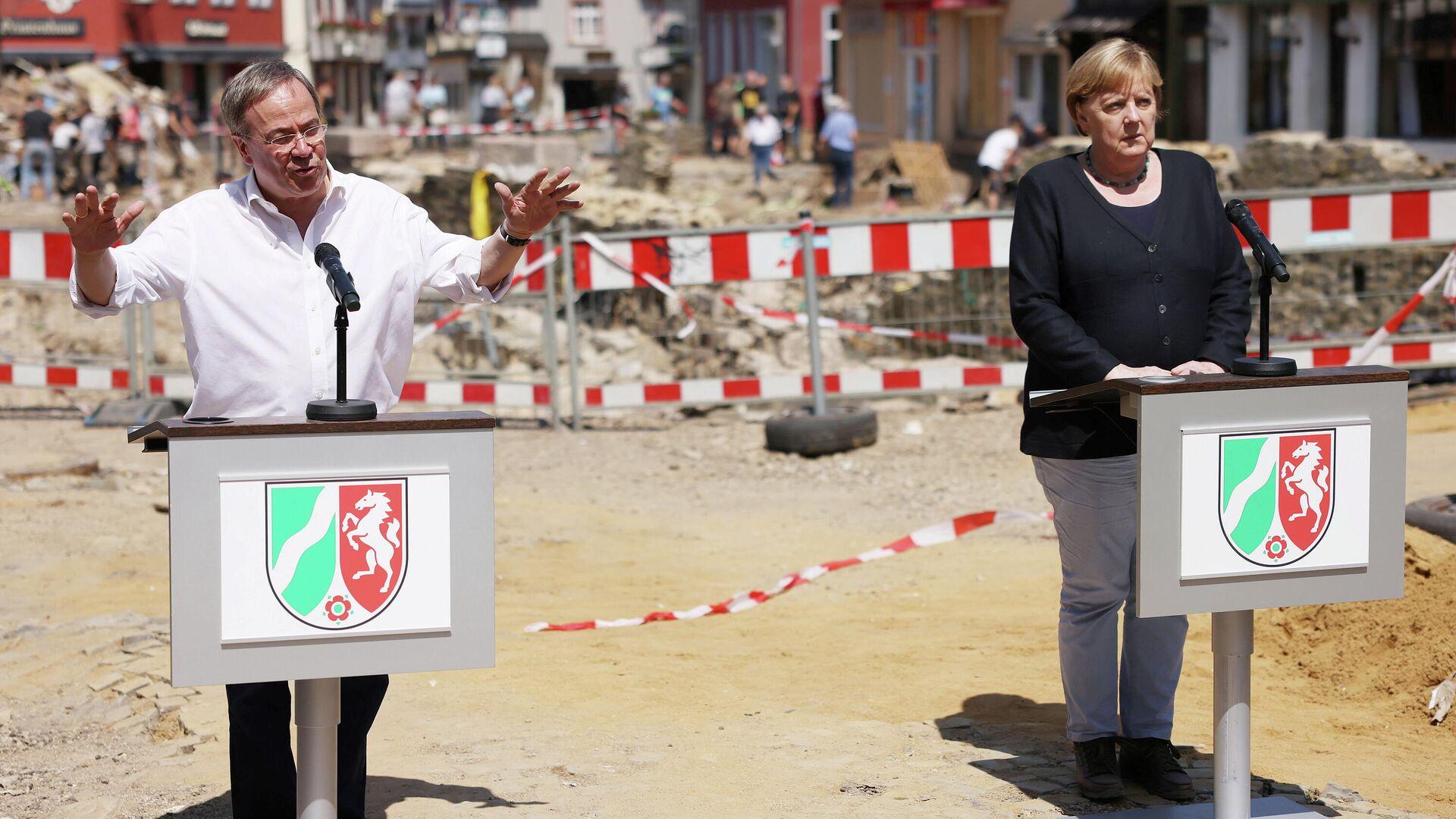 El primer ministro del estado federal de Renania del Norte-Westfalia, Armin Laschet, candidato a canciller por el bloque conservador CDU/CSU, y la canciller actual, Angela Merkel - Sputnik Mundo, 1920, 20.07.2021