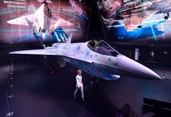 El nuevo caza podrá llevar a bordo todas las armas de su predecesor, el Su-57, y atacar simultáneamente seis objetivos aéreos, marítimos o terrestres. - Sputnik Mundo