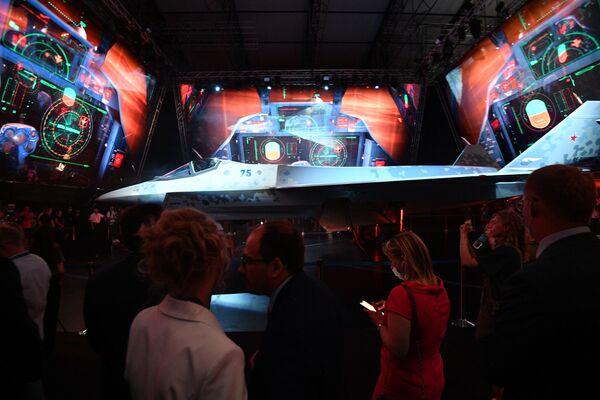 El Checkmate puede cargar hasta 7.400 kilogramos y desplazarse a una velocidad de entre 1,8 y 2 Mach —entre 2.205 y 2.450 kilómetros por hora—.Su autonomía de vuelo es de 3.000 kilómetros. - Sputnik Mundo