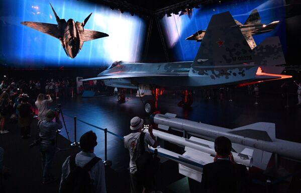 Según su fabricante, la hora de vuelo del nuevo avión ruso será de seis a siete veces más barata que la de su análogo estadounidense, el caza F-35. Se estima que cada Checkmate tendrá un costo de entre 25 y 30 millones de dólares. - Sputnik Mundo