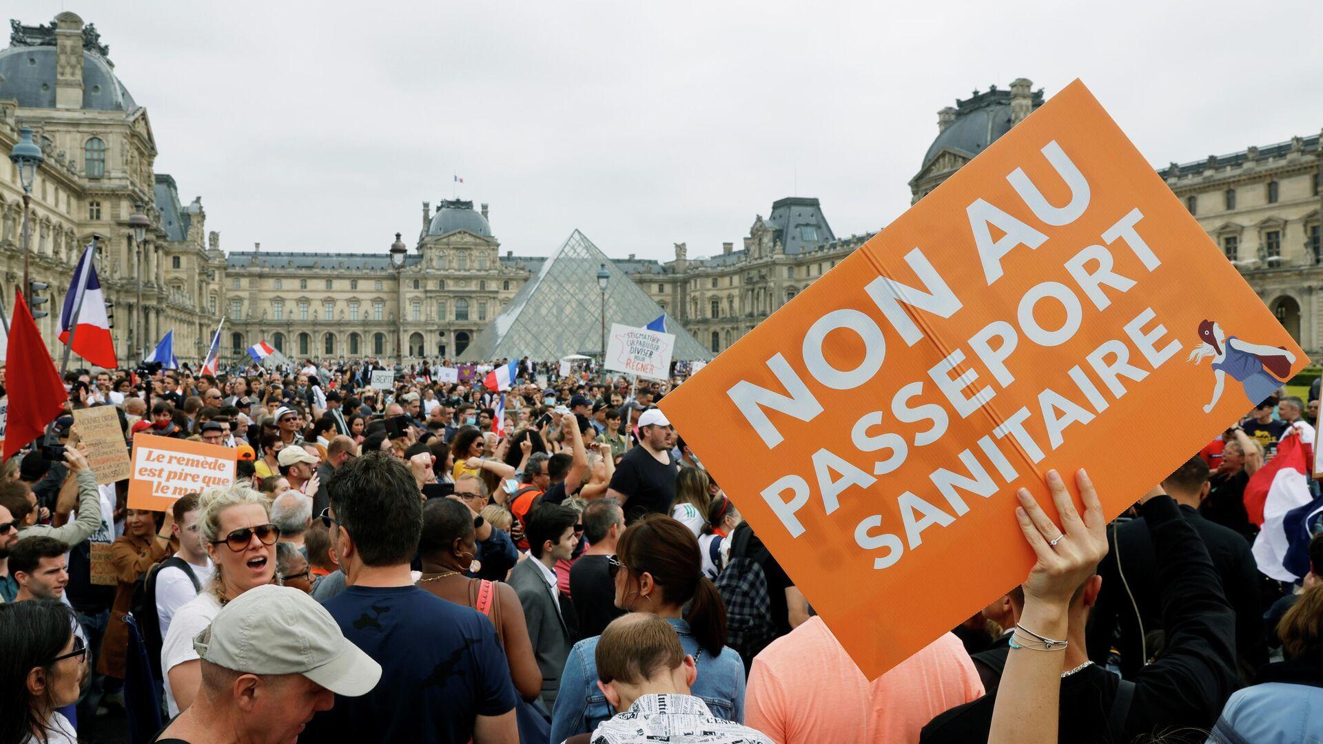 Manifestantes marchan contra el 'pasaporte COVID' y la vacunación obligatoria en París - Sputnik Mundo, 1920, 21.07.2021