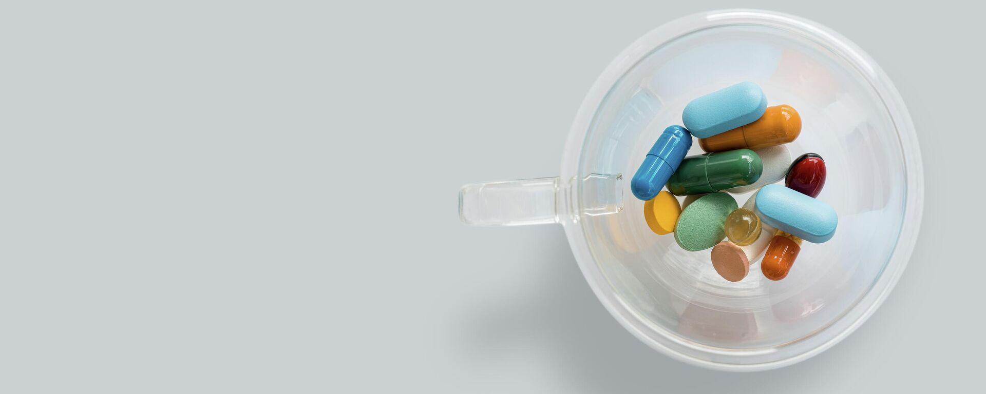Unos medicamentos en un vaso - Sputnik Mundo, 1920, 21.07.2021