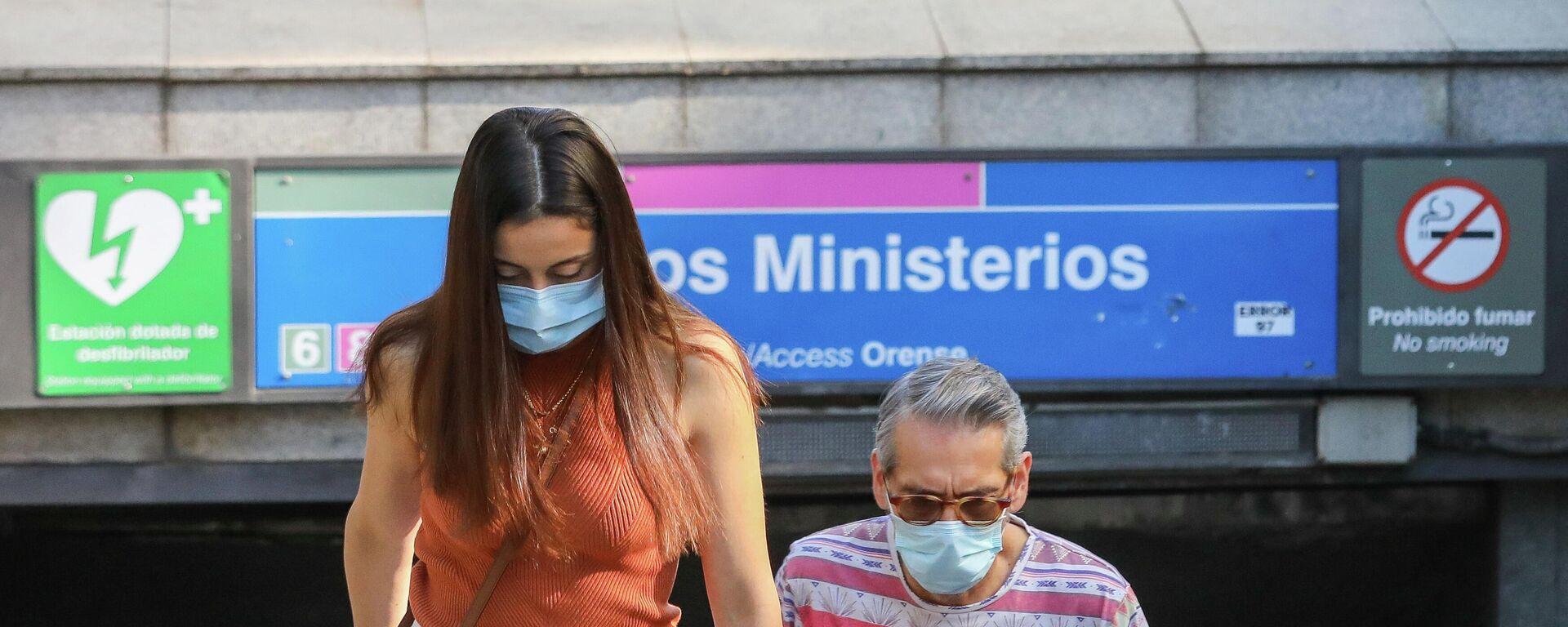 Dos personas con mascarillas durante el brote del coronavirus en España - Sputnik Mundo, 1920, 22.07.2021