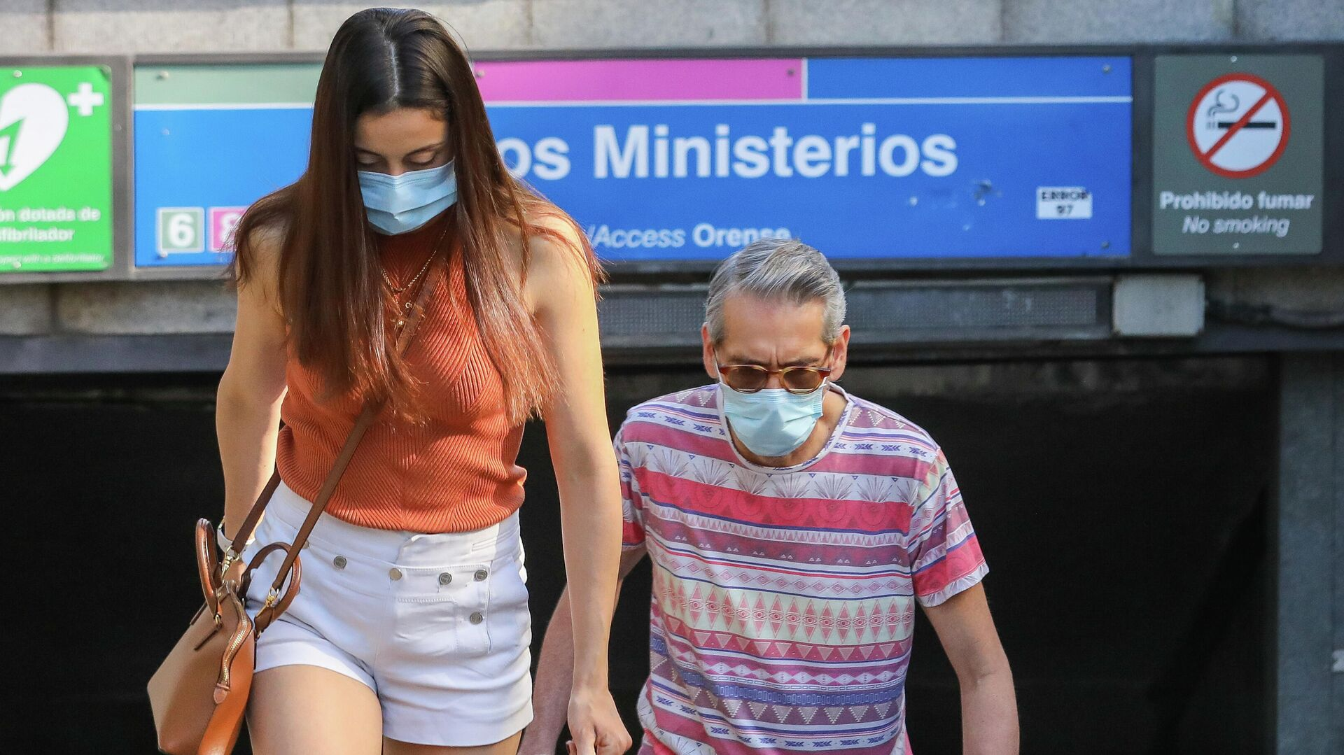 Dos personas con mascarillas durante el brote del coronavirus en España - Sputnik Mundo, 1920, 30.08.2021
