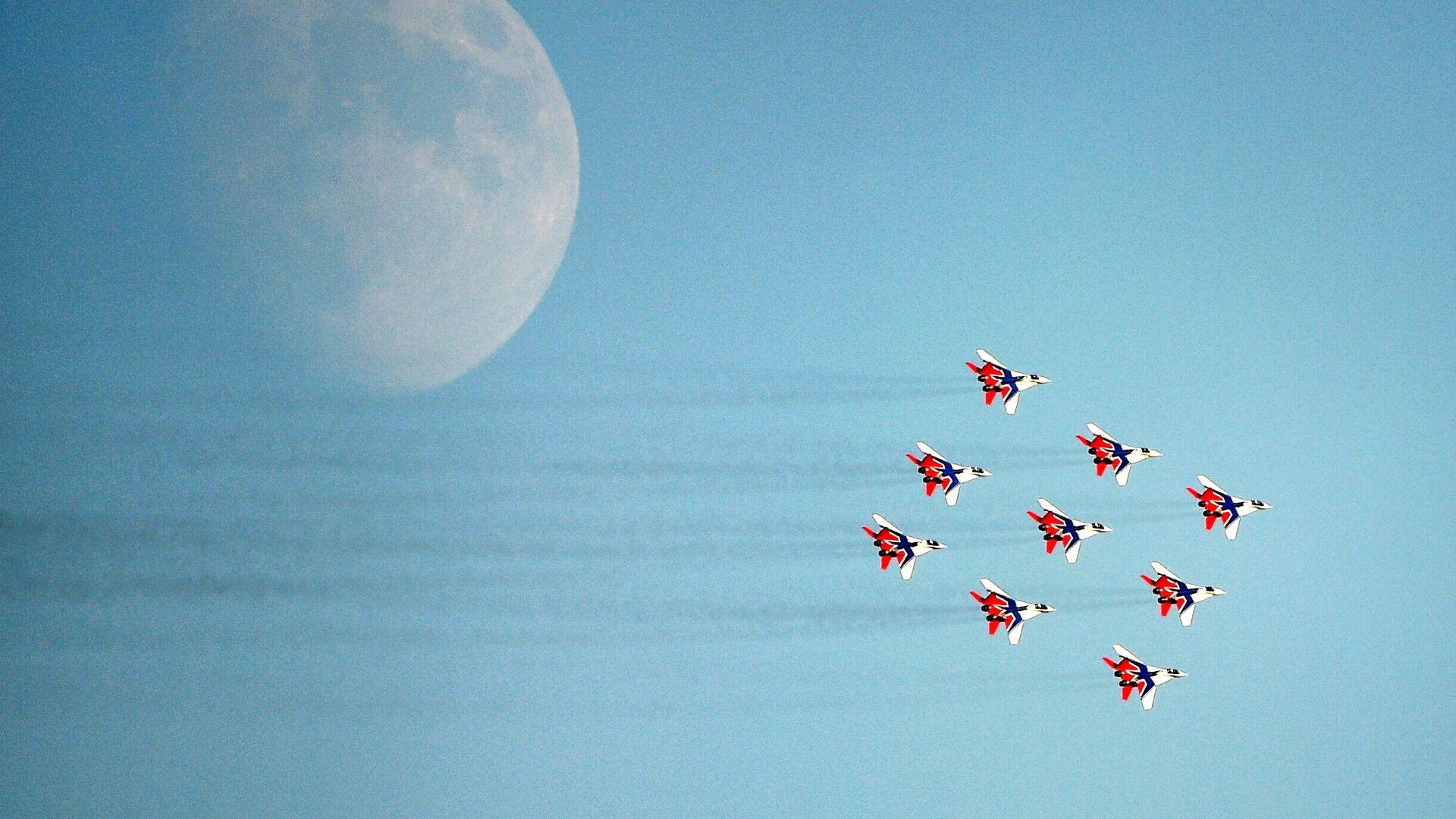 Пилотажная группа Стрижи на самолетах МиГ-29 во время выполнения летной программы на МАКС-2021 - Sputnik Mundo, 1920, 26.07.2021