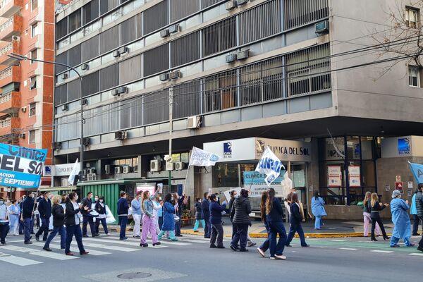Trabajadores sanitarios reclaman afuera de las clínicas Bazterrica, Cemic y Del Sol, en el barrio porteño de Recoleta - Sputnik Mundo