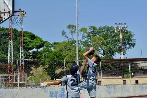 Niños y niñas juegan con una pelota en los jardines del Bloque 7, en el Barrio 23 de Enero - Sputnik Mundo