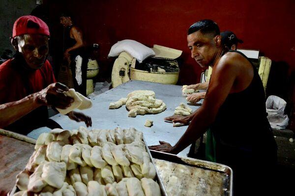 El colectivo Salvador Allende opera una panadería comunal que produce 3.000 panes diarios - Sputnik Mundo