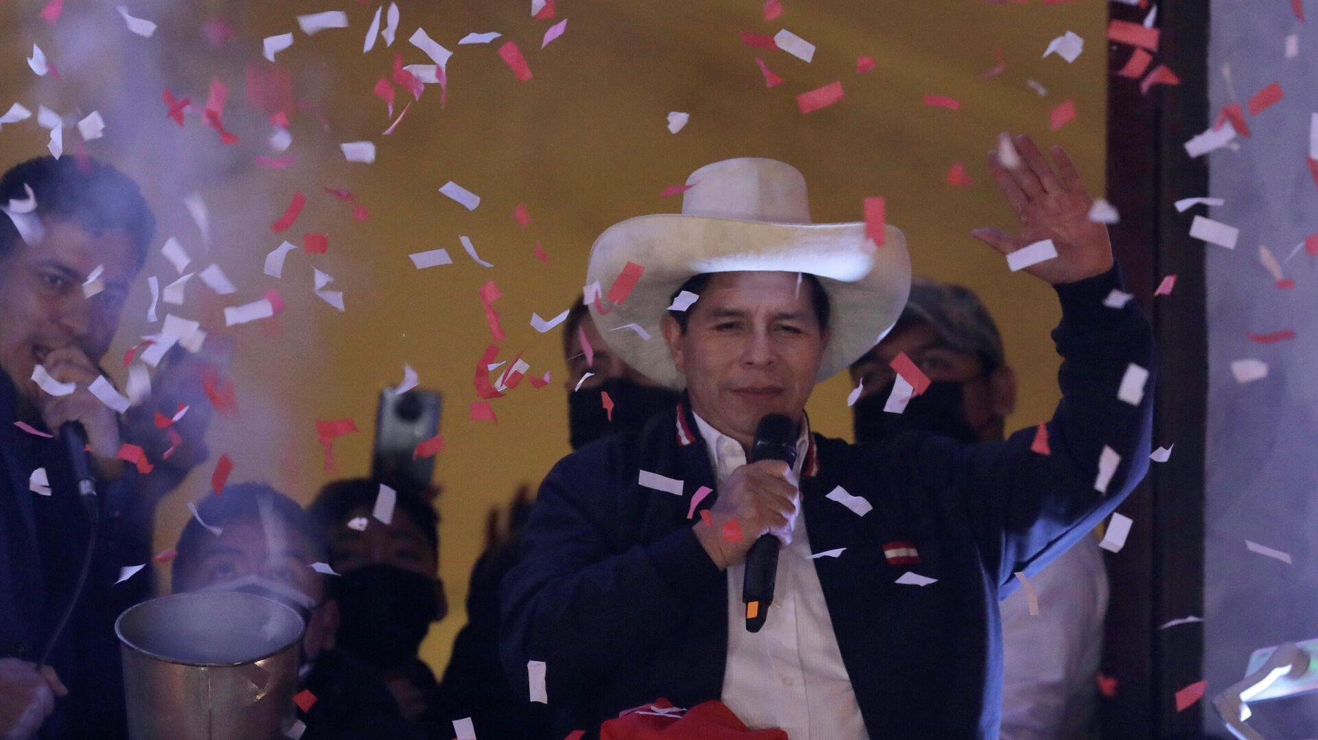 El presidente electo de Perú, Pedro Castillo, celebra su triunfo electoral - Sputnik Mundo, 1920, 23.07.2021