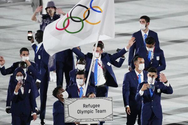 Yusra Mardini y Tachlowini Gabriyesos, del Equipo Olímpico de Refugiados, portan la bandera olímpica durante la ceremonia de apertura. - Sputnik Mundo