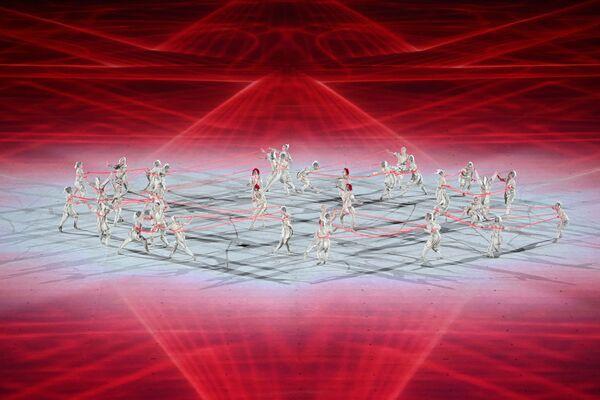Los bailarines actúan durante la ceremonia de apertura de los JJOO de Tokio 2020 en el estadio olímpico de la capital japonesa. - Sputnik Mundo