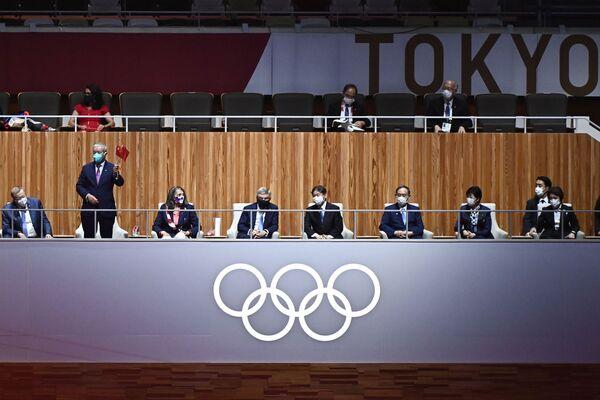 El miembro del Comité Olímpico Internacional (COI) Zaiqing Yu (el segundo a la izquierda) hace un gesto al vicepresidente de la organización, John Coates; a una de sus miembros, Anita DeFrantz; al presidente del COI, Thomas Bach, y al emperador de Japón, Naruhito (el tercero a la izquierda), quien también asistió a la ceremonia de apertura. - Sputnik Mundo