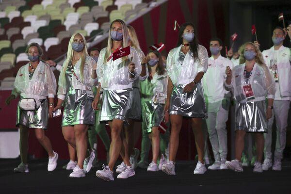 Miembros de la selección de Letonia pasan durante la ceremonia de apertura. - Sputnik Mundo