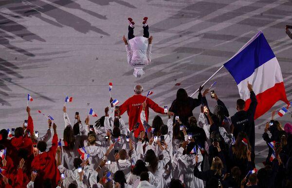 La judoka francesa Clarisse Bogdanna Agbegnenou y su compatriota, el gimnasta Samir Ait Said, encabezan su equipo en el desfile de atletas. - Sputnik Mundo