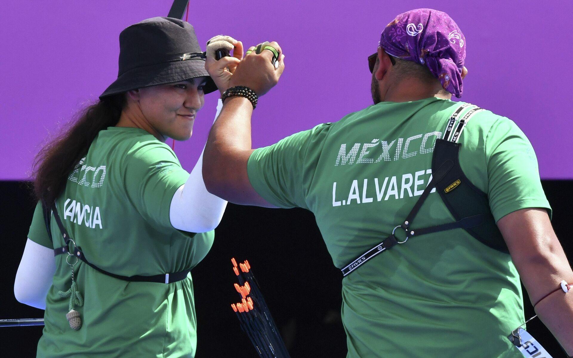 Los medallistas de bronce mexicanos en la prueba de tiro con arco mixto, Alejandra Valencia y Luis Álvarez  - Sputnik Mundo, 1920, 30.07.2021
