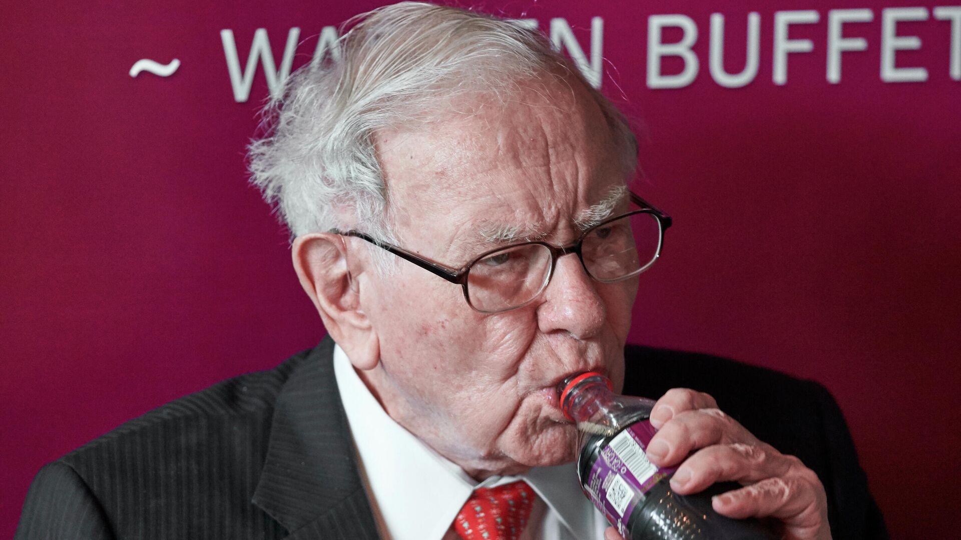 El inversor Warren Buffett, disfrutando de una Coca-Cola en 2019 - Sputnik Mundo, 1920, 24.07.2021