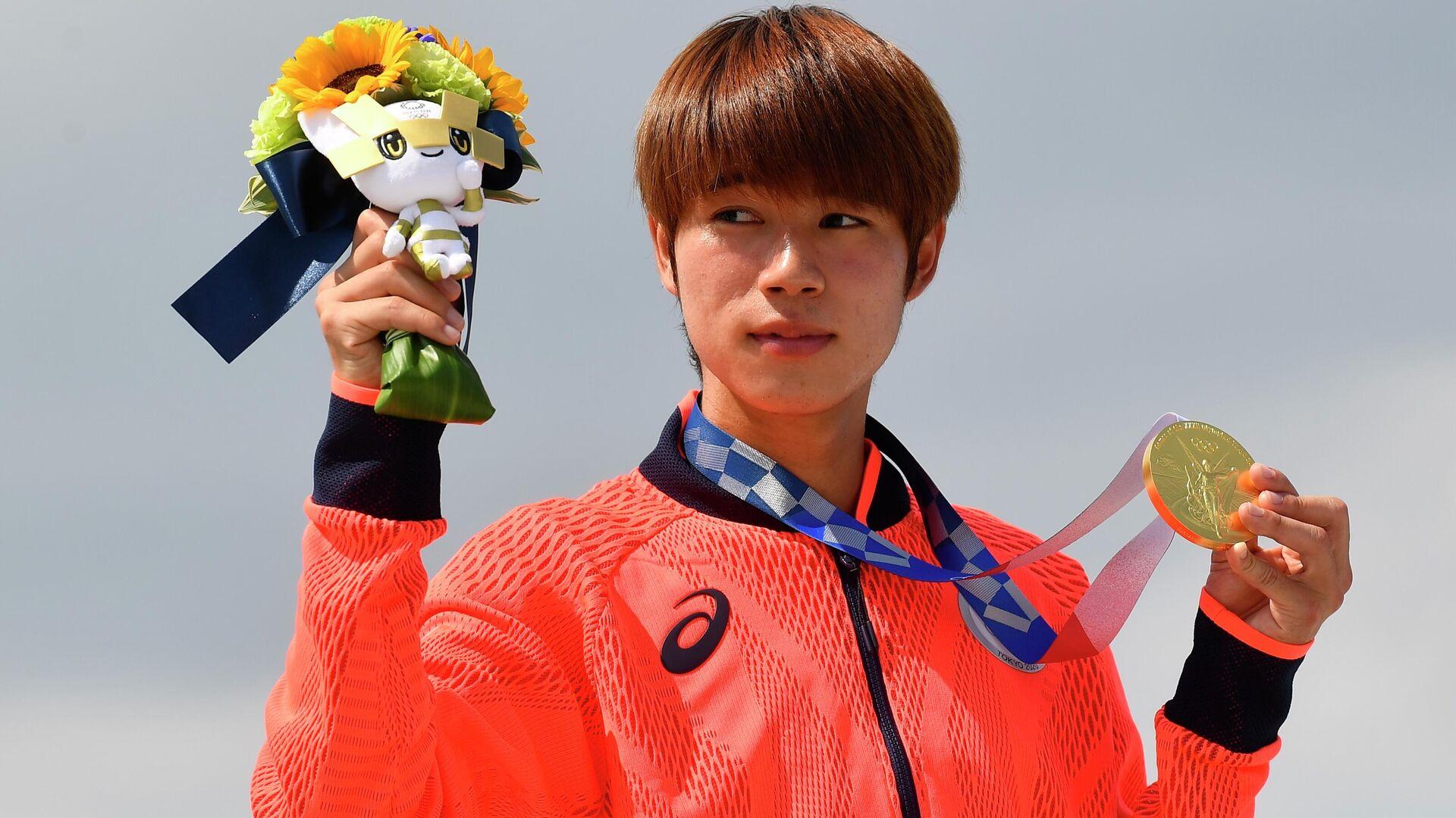 El skater japonés Yuto Horigome posa con su medalla de oro durante la ceremonia de entrega de premios, el 25 de julio de 2021, Tokio - Sputnik Mundo, 1920, 25.07.2021