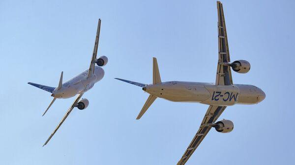 Пассажирские самолеты МС-21-300 и МС-21-310 во время выполнения летной программы на Международном авиационно-космическом салоне МАКС-2021 - Sputnik Mundo