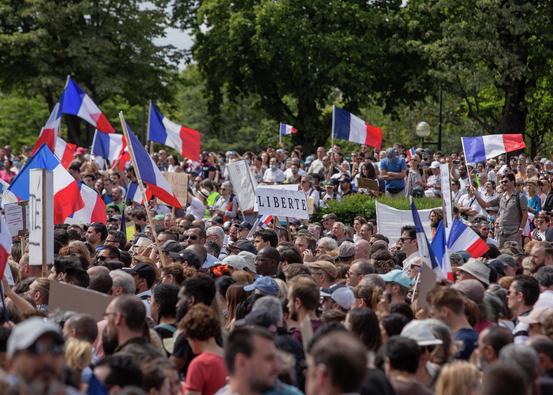 Miles de manifestantes se reúnen en la Plaza del Trocadero cerca de la Torre Eiffel para protestar contra pases sanitarios en París, Francia, el 24 de julio de 2021 - Sputnik Mundo, 1920, 25.07.2021