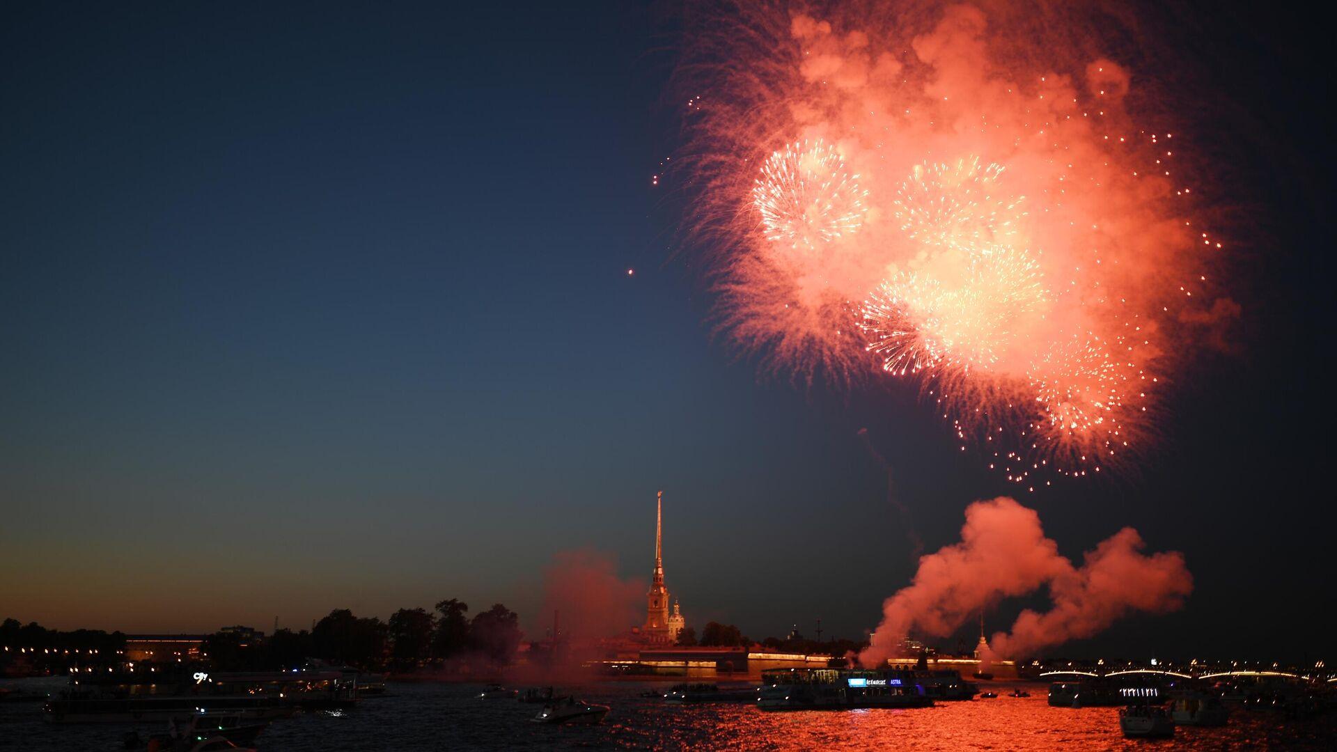 Los fuegos artificiales por el Día de la Armada en San Petersburgo, en 2020 - Sputnik Mundo, 1920, 25.07.2021
