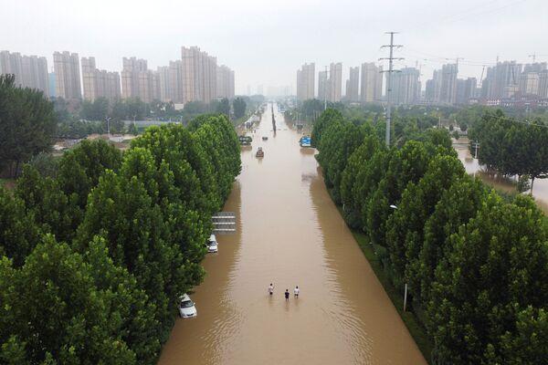 Según la información disponible, un total de 11,45 millones de residentes locales se vieron afectados por el desastre. Aproximadamente 1,5 millones de personas fueron evacuadas a zonas seguras. En la imagen: una carretera inundada en Zhengzhou, provincia de Henan. - Sputnik Mundo