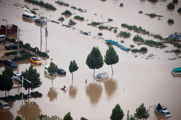 Coches en una carretera inundada en Zhengzhou, provincia de Henan. - Sputnik Mundo