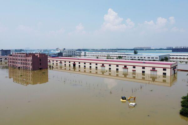 Las inundaciones destruyeron alrededor de 14.000 edificios y dañaron más de 32.000. En la foto: edificios industriales inundados en Xinxiang, provincia de Henan. - Sputnik Mundo