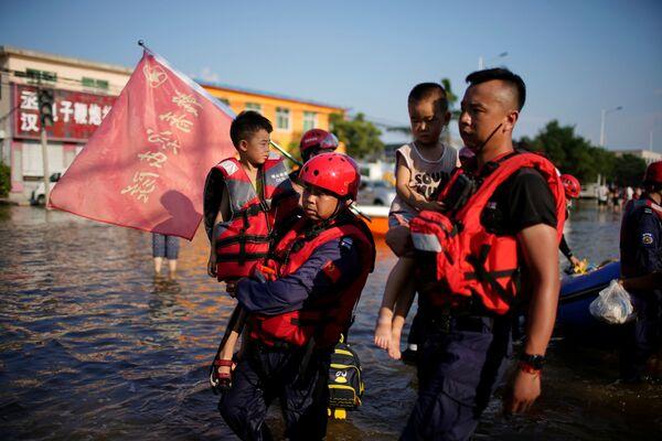 Evacuación de residentes locales en Xinxiang. - Sputnik Mundo