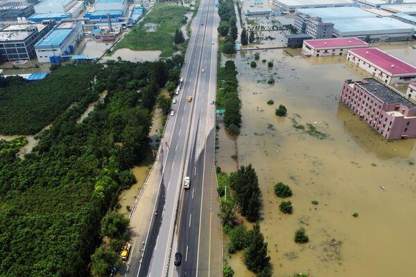 El daño económico causado por las inundaciones se estiman en más de 11.000 millones de dólares. En la foto: edificios industriales inundados en Xinxiang. - Sputnik Mundo