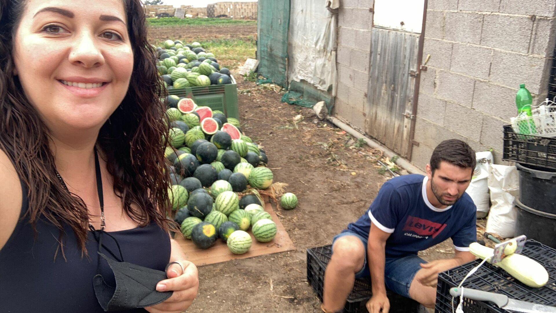 El agricultor Sergio Rodríguez junto a su novia y las sandías - Sputnik Mundo, 1920, 26.07.2021