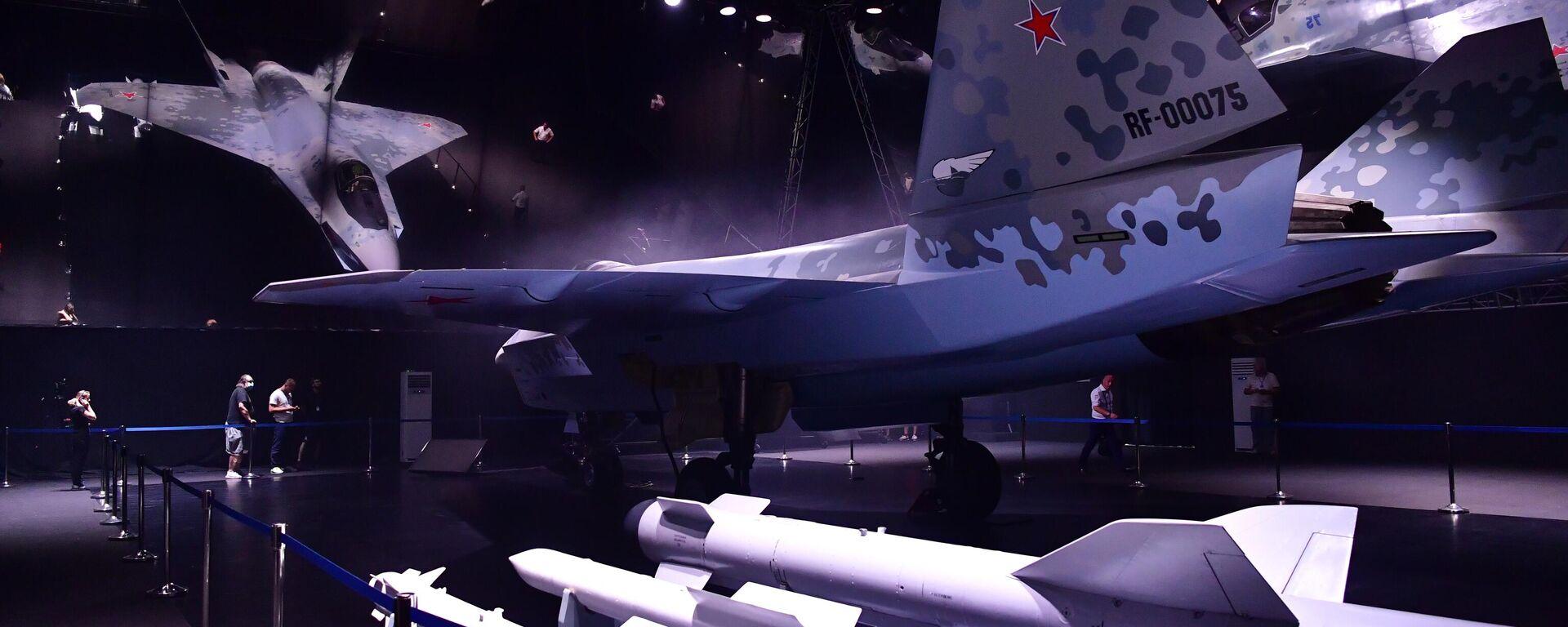 El prototipo del nuevo caza ligero y táctico de quinta generación propulsado por un solo motor en el pabellón de Checkmate en el Salón Internacional de la Aviación y el Espacio MAKS 2021.  - Sputnik Mundo, 1920, 26.07.2021