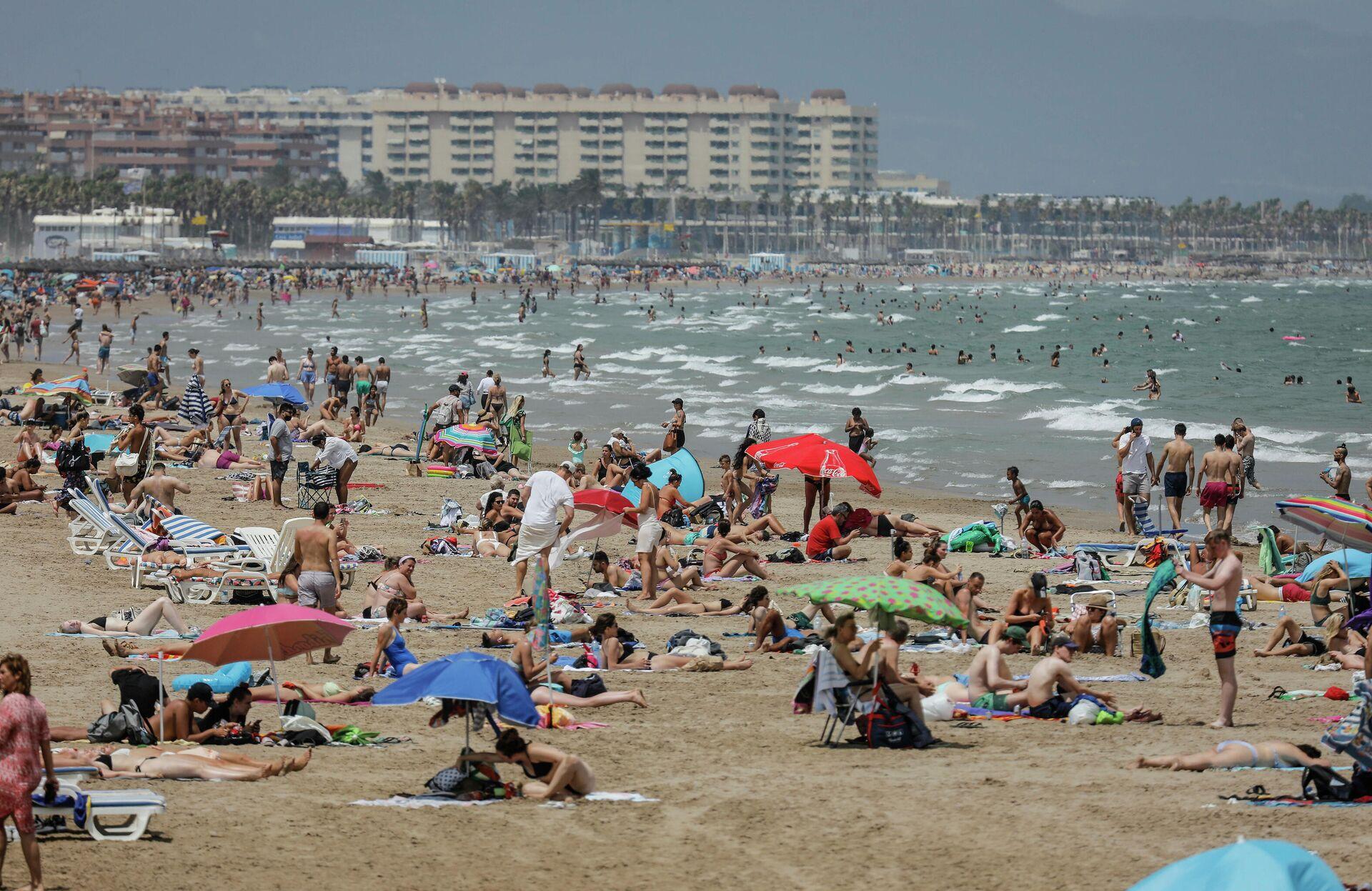 La Playa de la Malvarrosa repleta de gente en un día de alerta roja por altas temperaturas, a 12 de julio de 2021, en Valencia, Comunidad Valenciana (España).  - Sputnik Mundo, 1920, 26.07.2021