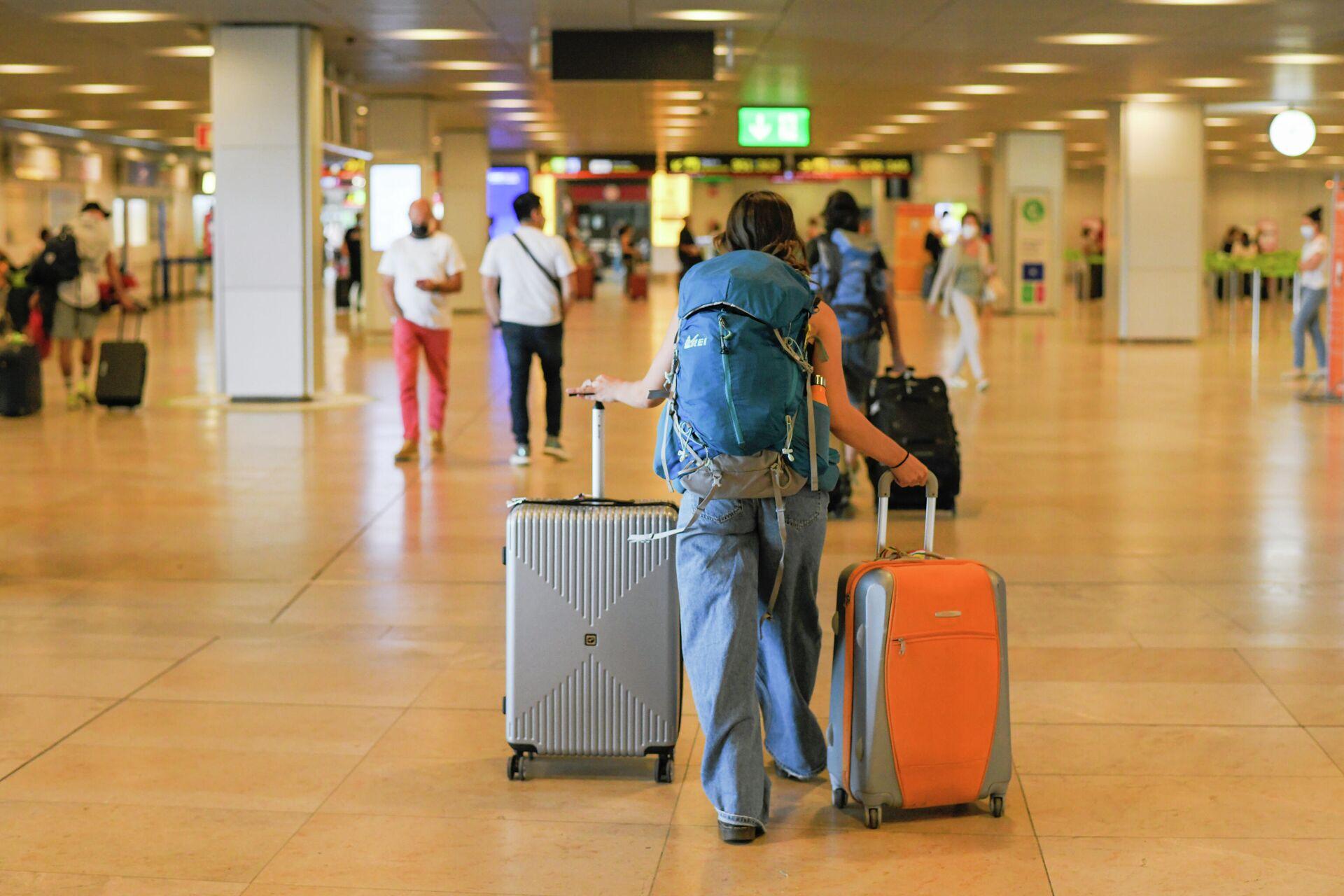 Un pasajero con maletas en la terminal T1 del Aeropuerto Adolfo Suárez Madrid-Barajas, el primer día de la primera 'Operación Salida' del verano 2021, a 2 de julio de 2021, en Madrid (España).  - Sputnik Mundo, 1920, 26.07.2021