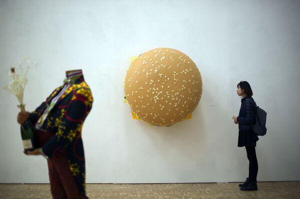 El Big Mac es una de las hamburguesas más populares del mundo. Solo en Estados Unidos se venden más de 500 millones al año. En la foto: la escultura Big Big Mac de Tom Friedman en la feria de arte y gastronomía de Milán. - Sputnik Mundo