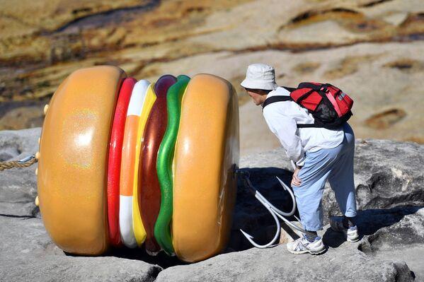 La primera hamburguesa negra del mundo vio la luz en Japón de la mano de Burger King. Tanto el queso como la salsa eran oscuras. Se usó para ello tinta de sepia. También vendían una hamburguesa roja usando tomate, salsa de miso y pimientos picantes. En la foto, una escultura en Australia. - Sputnik Mundo