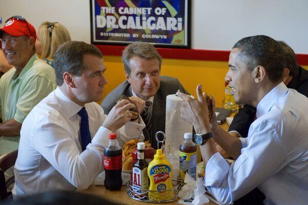En KFC puedes disfrutar de una hamburguesa de carne la veas por donde la veas. Los panecillos son sustituidos por chuletas de pollo empanadas con pan rallado. Y en Wendy's las chuletas de las hamburguesas son cuadradas. En esta foto, el expresidente ruso Dmitri Medvédev y el expresidente estadounidense Barack Obama disfrutan de un desayuno de trabajo en Ray's Hell Burger en 2010. - Sputnik Mundo