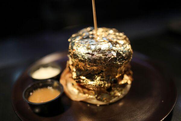 En México, las hamburguesas se pueden servir con jamón, queso, aguacate y jalapeños. Y la hamburguesa hawaiana incluye trozos de piña. En la foto, una hamburguesa cubierta de papel de oro en el restaurante Toro McCoy de Bogotá. - Sputnik Mundo
